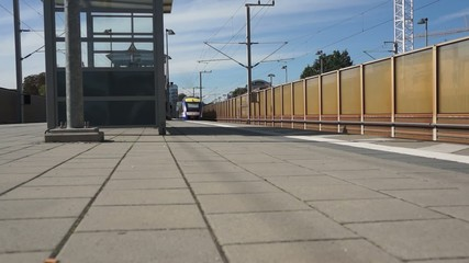 Ein Zug fährt aus der Bahnstation