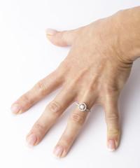 Mano femminile con anello di diamanti