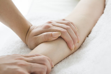 Masseuse relieve stiffness in the arm