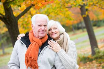 Aktives Rentnerpärchen im Herbst 1