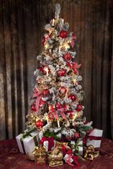Geschmückter Weihnachtsbaum mit elektrischen Kerzen