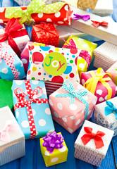 Bunte Geschenke auf Blau