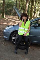 Femme assise sur un pneu qui attend