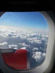 Ausblick aus dem Flugzeug voller Glück und Vorfreude