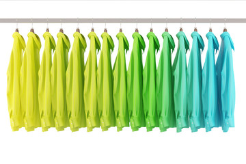 Hemden hängen im Modeladen