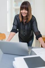 moderne mitarbeiterin schaut auf laptop
