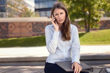 Konzentrierte und verärgerte Frau telefoniert
