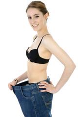 Twen in großer Jeans hat Gewicht abgenommen