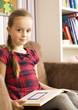 kleines mädchen liest einen buch. lesen lernen.