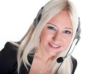 Junge freundliche Frau mit Headset im Büroalltag