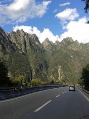 Strada tra le montagna