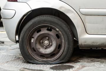 Ruota forata bucata, a terra, automobili, parcheggio, imprevisto