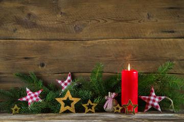 Klassische Weihnachtsdekoration in Rot und Grün mit Holz