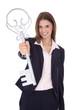 Erfolgreiche junge Frau mit einem Schlüssel in der Hand