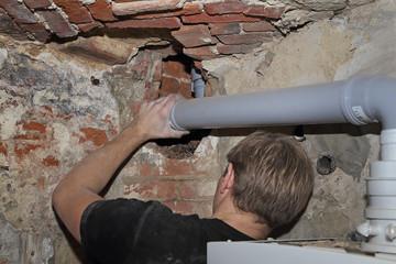 plombier installant tuyauterie