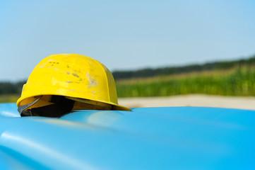 Gelber Helm auf Baustelle