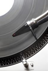 Plattenspieler mit einer Schallplatte von oben