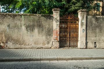 Cancello di ferro, mura, ingresso a villa