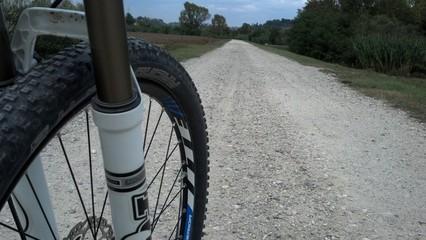 La strada infinita dell'allenamento di un ciclista