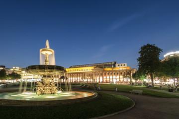 Stuttgarter Schlossplatz mit Brunnen bei Sonnenuntergang