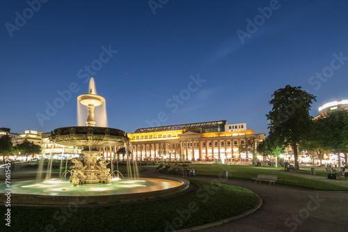 canvas print picture Stuttgarter Schlossplatz mit Brunnen bei Sonnenuntergang