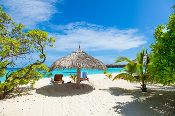 Rest in Paradise - Malediven - Postkartenmotiv mit Sonnenschirm,