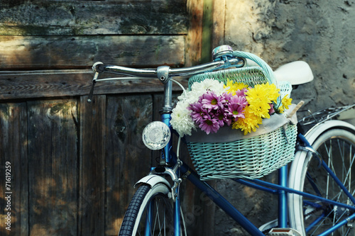 Foto Spatwand Lilac Old bicycle with flowers in metal basket