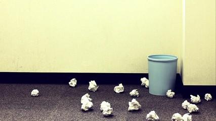 ボツが散乱するゴミ箱_2
