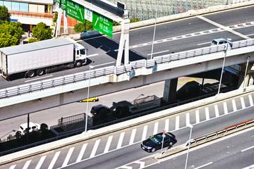 高速道路の行き先案内とトラック
