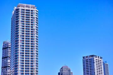 青空と高層マンション