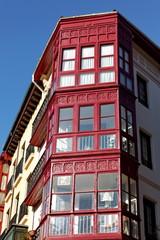 Façade d'immeuble au soleil, ciel bleu
