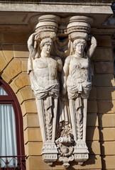 Cariatides anciennes sur façade