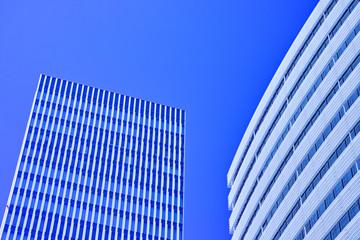 近代的な窓のビル