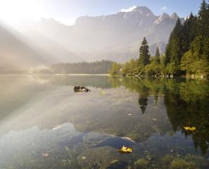 fototapeta jezioro alpejskie spowite porannymi mgłami