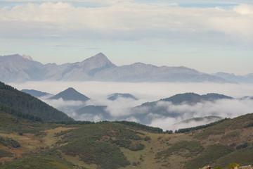 Pico Yordas y niebla en el embalse de Riaño.