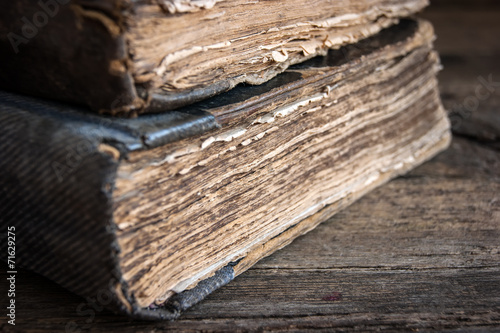 stare-ksiazki-na-drewnianym-tle