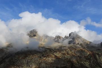 cime tra le nubi nella valle di Goschenen - Svizzera