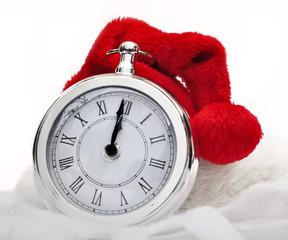 bonnet de Noël sur pendule indiquant minuit