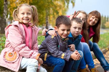 Счастливые дети осенним днем