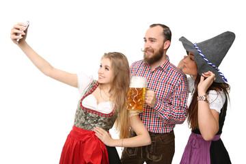 Gruppe in Tracht beim Selfie