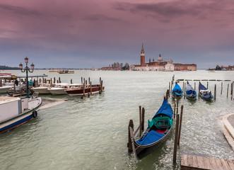 Gondoles et taxis à Venise