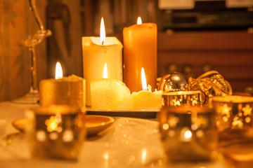 Kerzen als Weihnachts-Dekoration