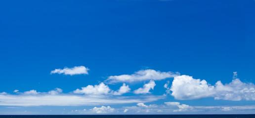 ciel bleu au-dessus de la mer