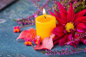 Dekoration im Herbst - Blüte, Kerze, Heide und Herbstlaub