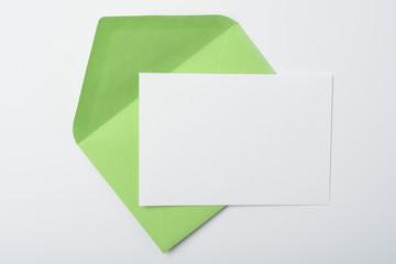 Sobre verde y tarjeta