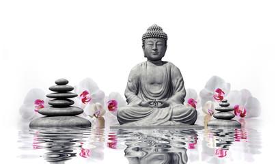 Buddha mit Orchideen im Wasser