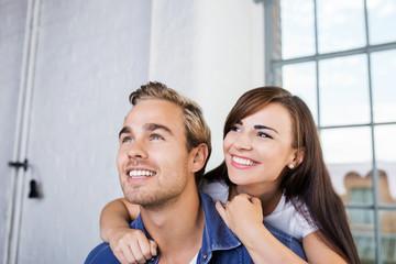lachendes junges paar hat spaß zusammen
