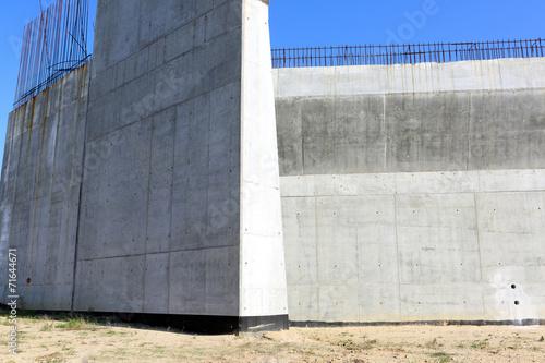 Betonowa ściana,  budowa  autostrady - 71644671