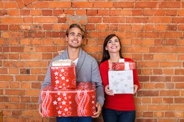 lachendes paar trägt viele geschenke