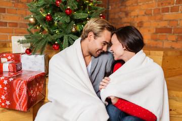 glückliches paar genießt den weihnachtsabend